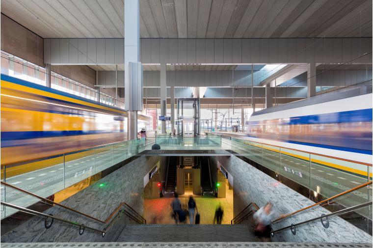 Treinen en perrons station Breda