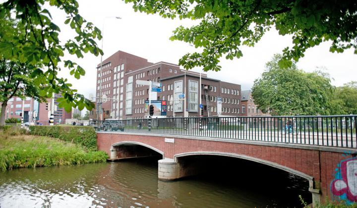 Appartementencomplex Den Hertogh gezien vanaf de singel